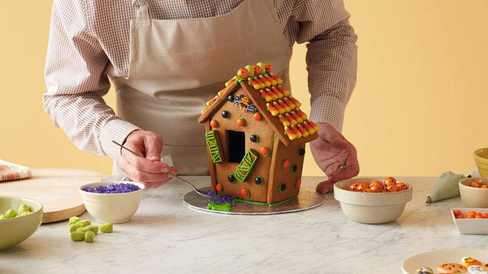 How to Make a Halloween Gingerbread House #Hallmark #HallmarkIdeas