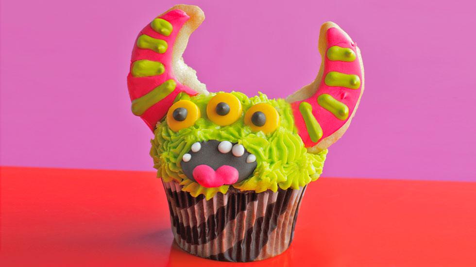 Halloween Cupcakes: Green Monster #Hallmark #HallmarkIdeas