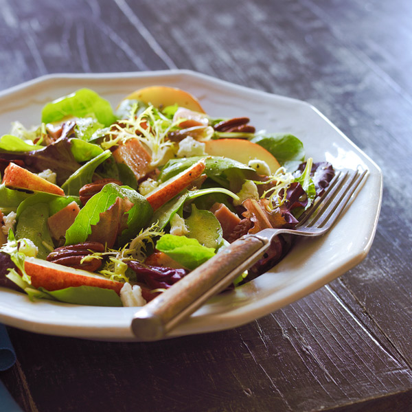 Winter salad with ham, pears and pecans